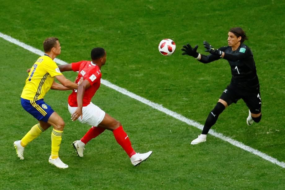 O goleiro suíço Yann Sommer se atencipa para fazer a defesa durante partida contra a Suécia, válida pelas oitavas de final da Copa do Mundo, em São Petesburgo - 03/07/2018