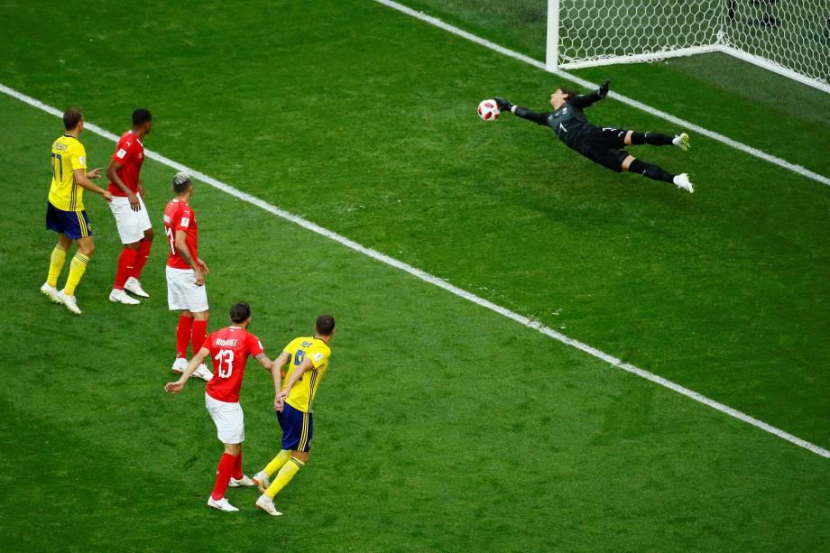 O goleiro suíço Yann Sommer faz grande defesa após tentativa do atacante sueco Marcus Berg