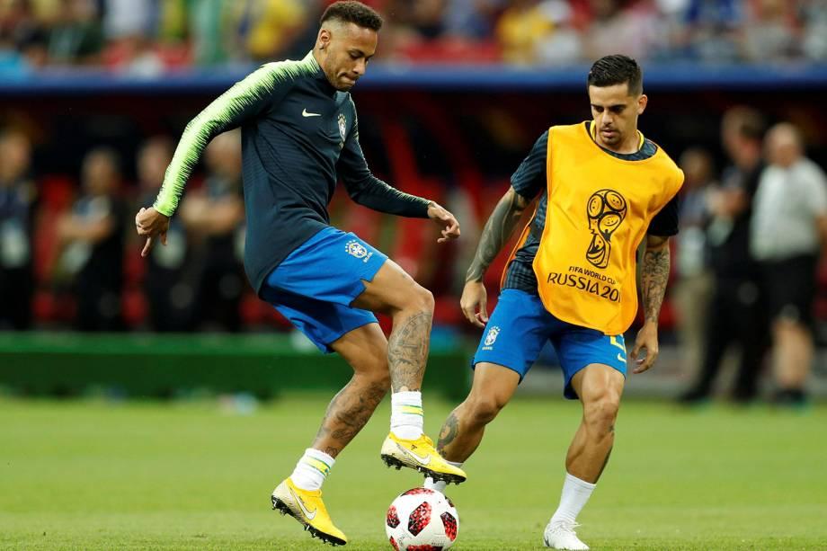 Neymar e Fagner durante o aquecimento da partida contra a Bélgica, válida pelas quartas de final, na Arena Kazan - 06/07/2018