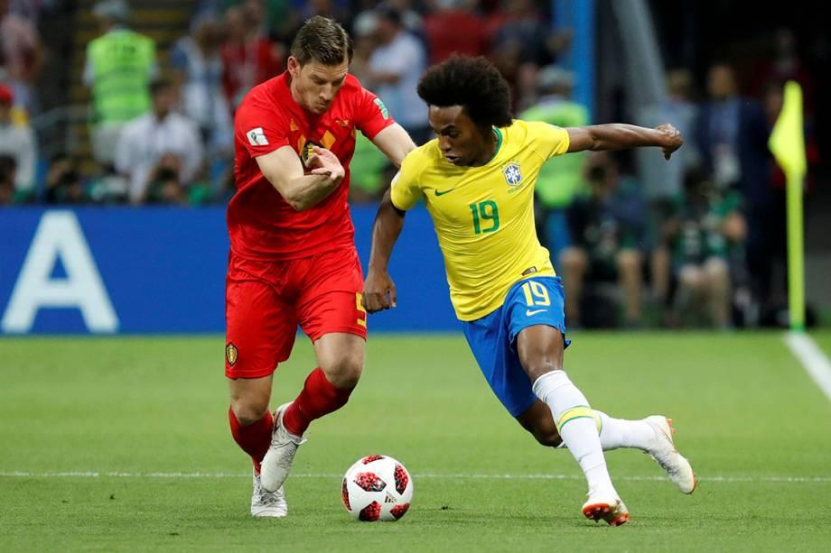 Willian disputa uma bola com o belga, Jan Vertonghen - 06/07/2018
