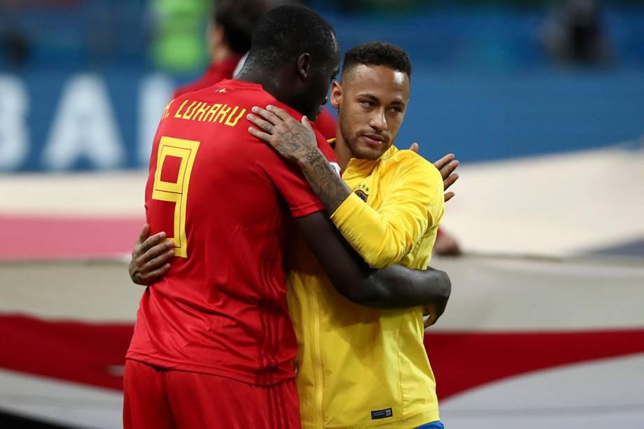 Romelu Lukaku, da Bélgica, cumprimenta Neymar antes do início do confronto na Arena Kazan - 06/07/2018