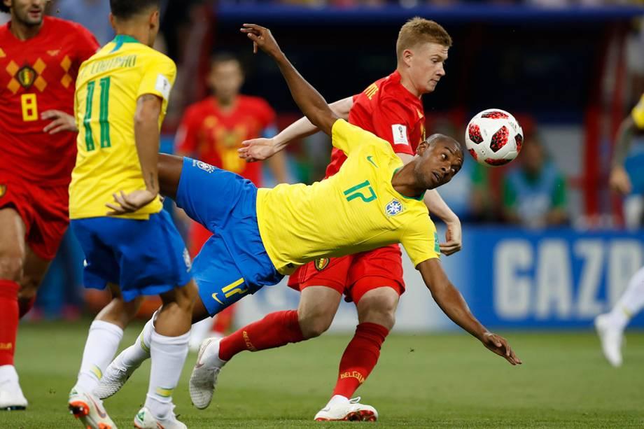 Kevin De Bruyne, da Bélgica, disputa um lance com o Fernandinho - 06/07/2018