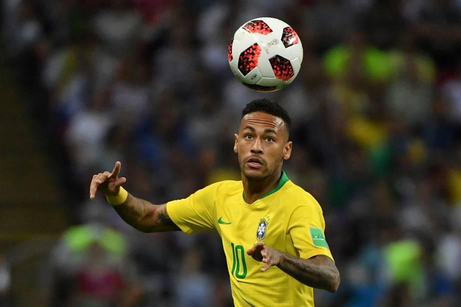 O atacante brasileiro Neymar olha para a bola antes de dominá-la na partida contra a Bélgica - 06/07/2018