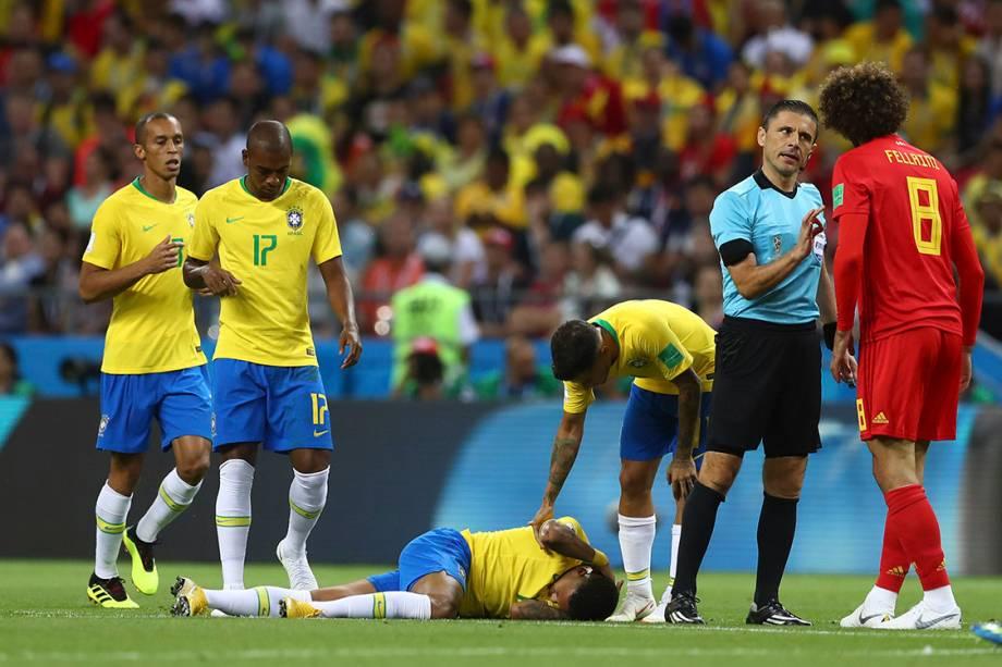 Fellaine, da Bélgica, recebe uma bronca do árbitro após uma falta cometida sobre Neymar - 06/07/2018