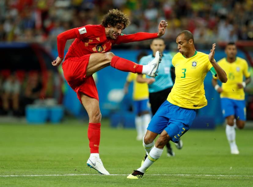 Marouane Fellaini, da Bélgica, arrisca um chute contra o gol do Brasil - 06/07/2018