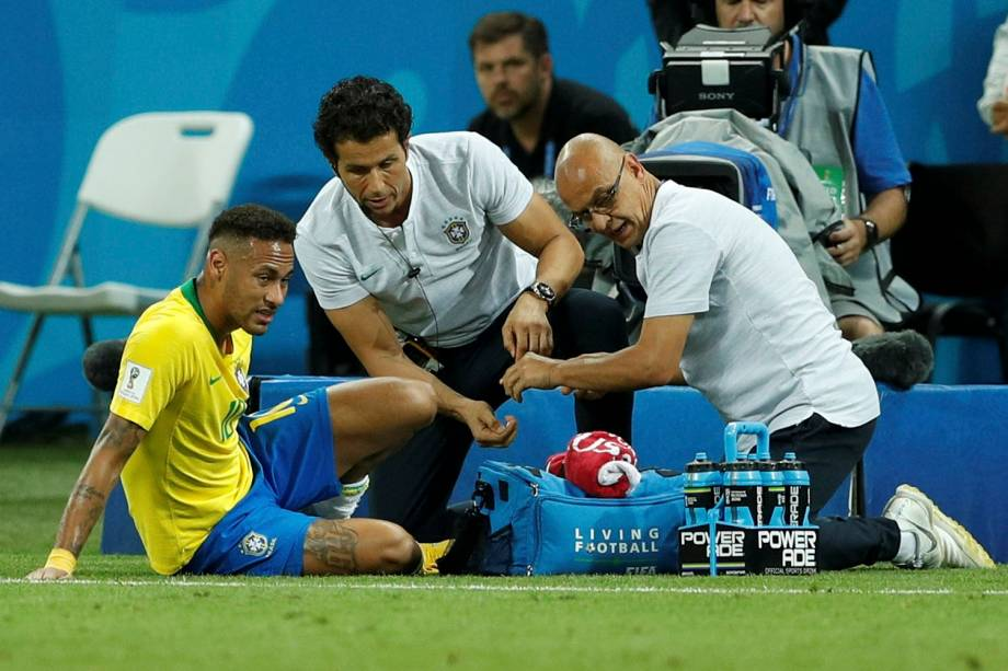 Neymar recebe atendimento médico após sentir dores durante a partida contra a Bélgica - 06/07/2018