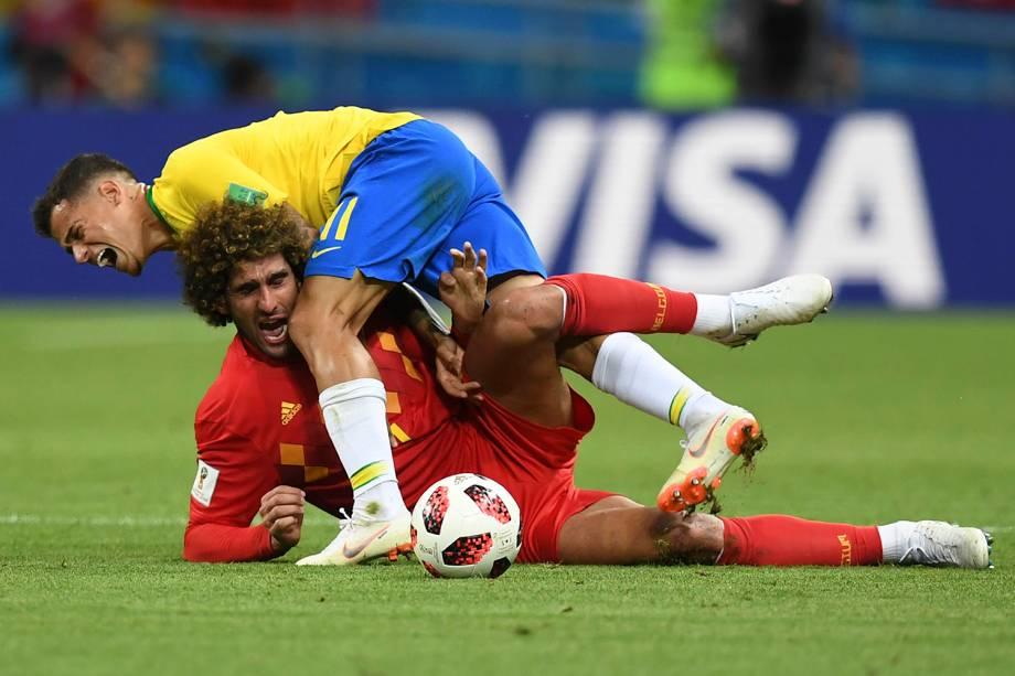 Marouane Fellaini, da Bélgica, e Philippe Coutinho, se enroscam durante uma dividida - 06/07/2018