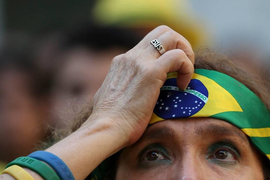 Uma torcedora brasileira reage durante a partida das quartas de final contra a Bélgica - 06/07/2018