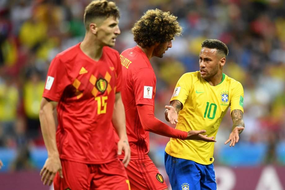 Neymar discute com o belga, Marouane Fellaini, durante a partida na Arena Kazan - 06/07/2018