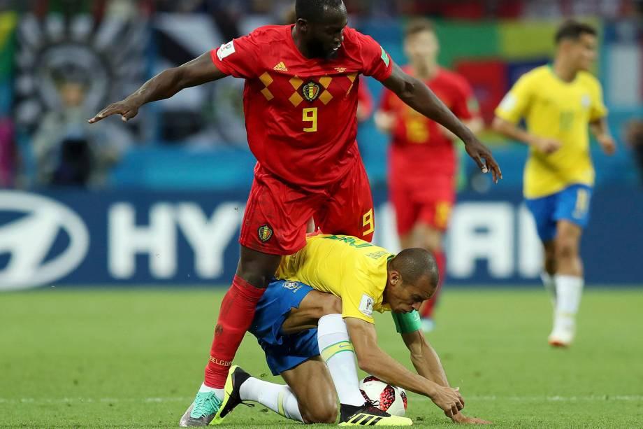 Romelu Lukaku, da Bélgica, tenta roubar uma bola do zagueiro Miranda - 06/07/2018