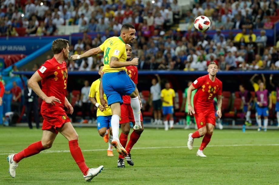 Renato Augusto abre o placar para o Brasil com um gol de cabeça - 06/07/2018