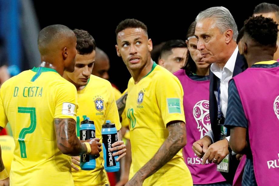O técnico Tite orienta os jogadores durante uma pausa técnica na partida entre Brasil e Bélgica, pelas quartas de final - 06/07/2018