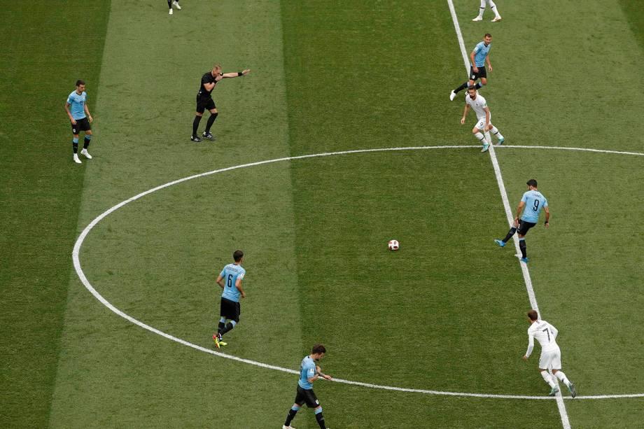 É dado o pontapé inicial na partida entre França e Uruguai no estádio Níjni Novgorod, válido pelas quartas de final - 06/07/2018