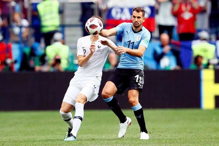 Cristhian Stuani, do Uruguai, disputa uma bola com o francês, Benjamin Pavard - 06/07/2018