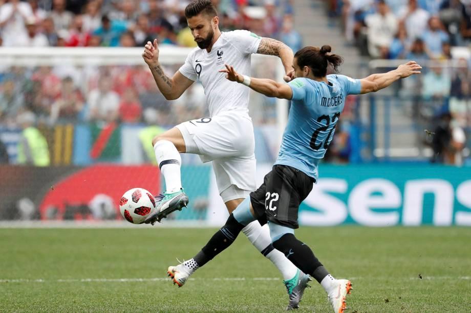 O atacante francês, Olivier Giroud, é marcado por Martin Caceres, do Uruguai - 06/07/2018