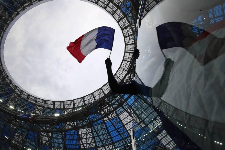 Um torcedor da França agita uma bandeira no estádio Níjni Novgorod, antes do início da partida contra o Uruguai - 06/07/2018