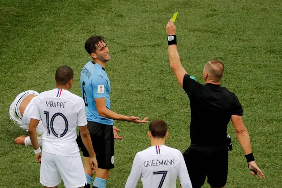 O árbitro, Nestor Pitana, mostra o cartão amarelo para o uruguaio, Rodrigo Bentancur, após uma falta cometida - 06/07/2018