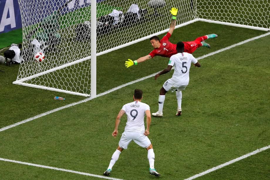 O francês Raphael Varane marca de cabeça o primeiro gol da partida contra o Uruguai - 06/07/2018