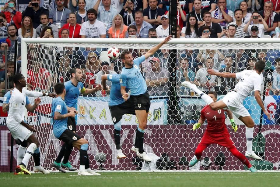 Raphael Varane abre o placar para a França com um gol de cabeça contra o Uruguai, no estádio Níjni Novgorod - 06/07/2018