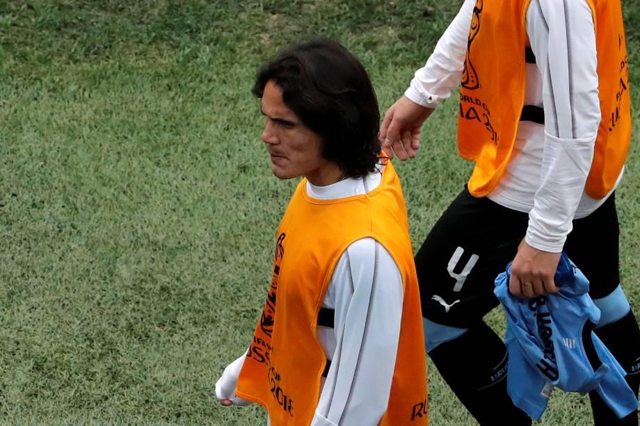 Edinson Cavani, do Uruguai, é visto com o colete do time reserva durante o intervalo da partida contra a França - 06/07/2018