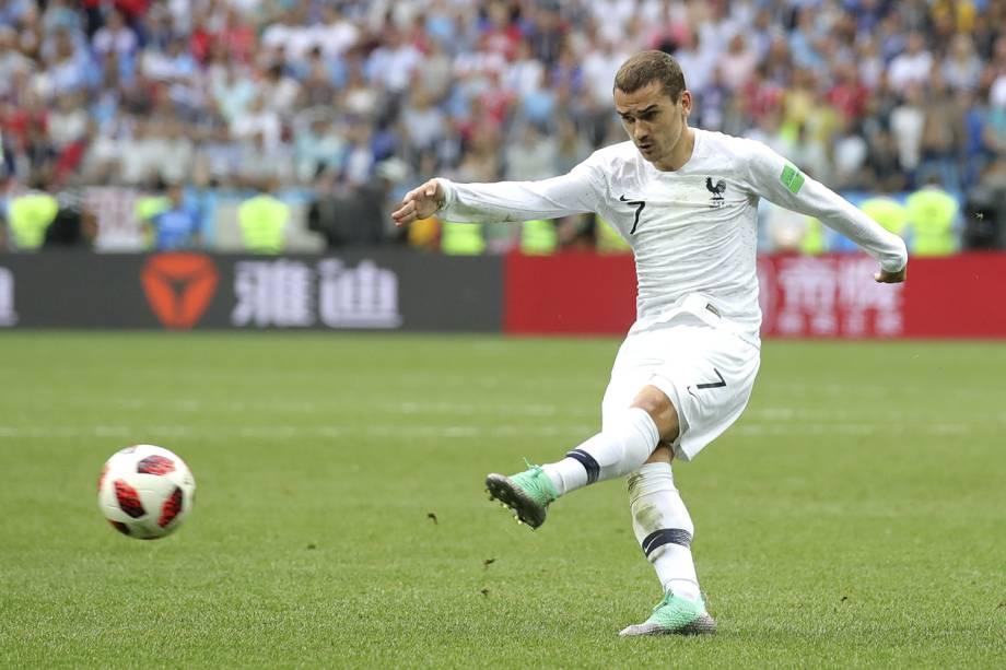 O francês, Antoine Griezmann, marca o segundo gol contra o Uruguai em um chute de fora de área - 06/07/2018