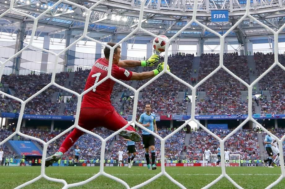 O goleiro do Uruguai, Fernando Muslera, falha após um chute do francês, Griezmann, ampliando a vantagem no estádio Níjni Novgorod - 06/07/2018