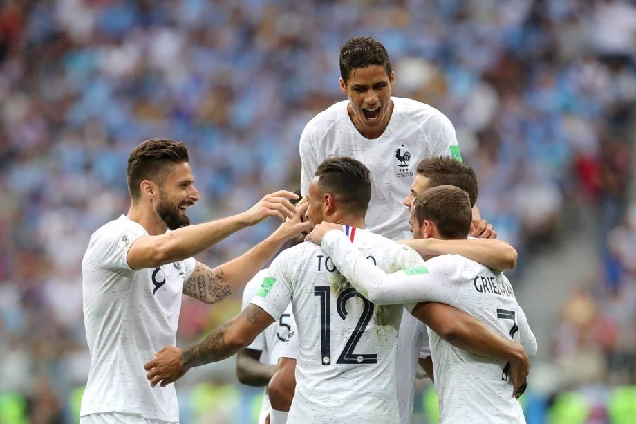 Companheiros de time comemoram com Antoine Griezmann, da França, o gol marcado nas quartas de final contra o Uruguai - 06/07/2018