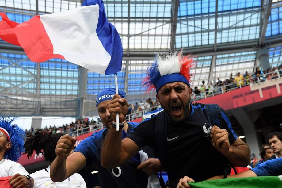Torcedores franceses comemoram após a vitória sobre o Uruguai, válida pelas quartas de final, no estádio Níjni Novgorod - 06/07/2018