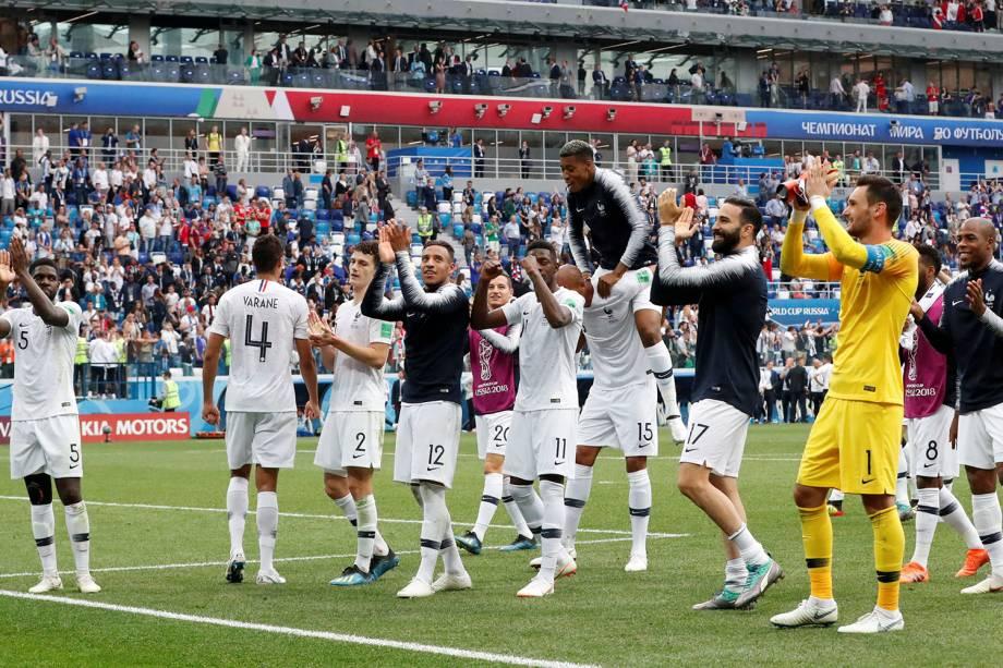 Jogadores franceses aplaudem a torcida no estádio Níjni Novgorod, durante a comemoração da vitória que eliminou o Uruguai na Copa do Mundo Rússia - 06/07/2018
