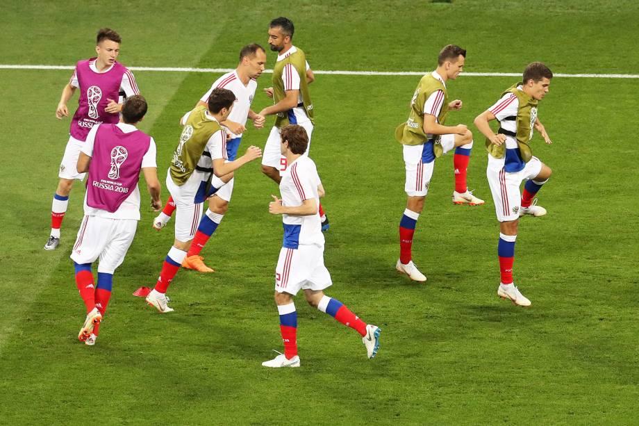 Jogadores russos realizam aquecimento no Estádio Olímpico de Sochi, antes de partida contra a Croácia - 07/07/2018