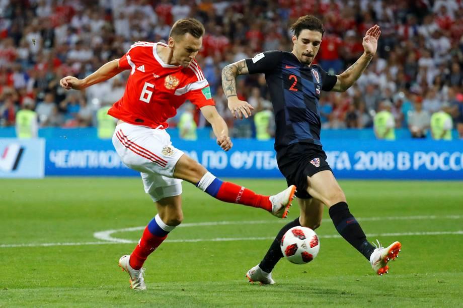O russo Denis Cheryshev, é bloqueado por Sime Vrsaljko, da Croácia, ao tentar passar a bola - 07/07/2018