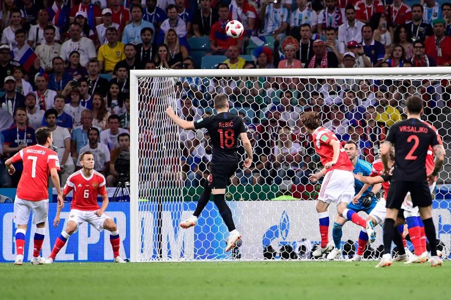 O atacante croata, Ante Rebic, arrisca um gol de cabeça após uma bola cruzada na área da Rússia - 07/07/2018