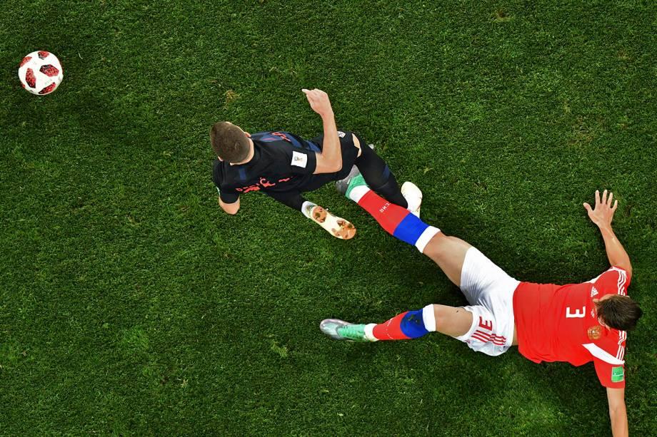 O zagueiro russo, Ilja Kutepov, tenta roubar uma bola de Ante Rebic, da Croácia, durante o confronto de quartas de final no estádio Fisht - 07/07/2018