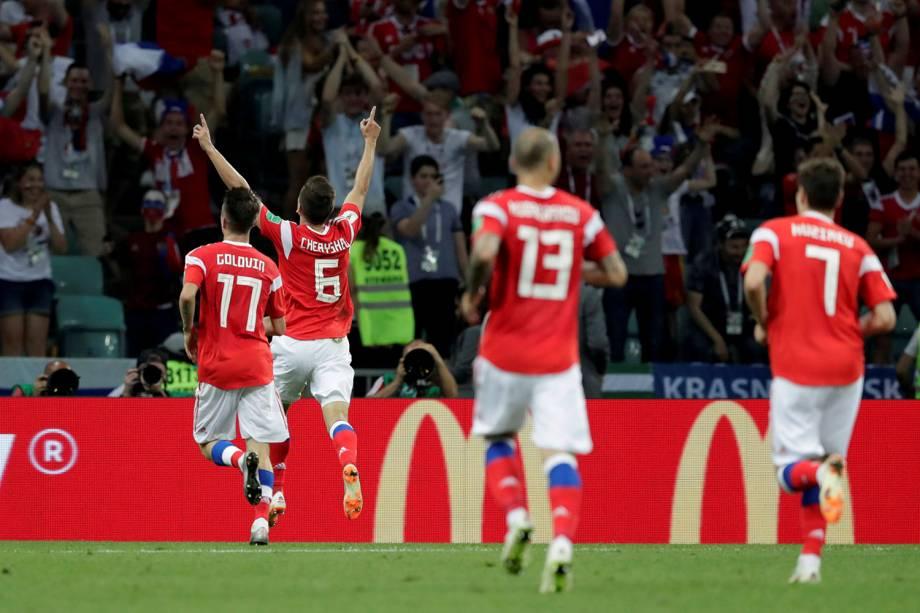 Denis Cheryshev, da Rússia, comemora o gol marcado com os dedos para o alto, durante a partida de quartas de final contra a Croácia - 07/07/2018