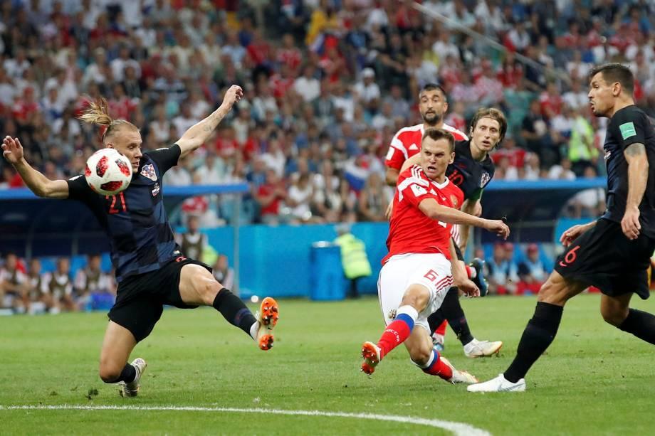 Denis Cheryshev abre o placar para a Rússia com um gol de fora da área, no estádio Fisht - 07/07/2018