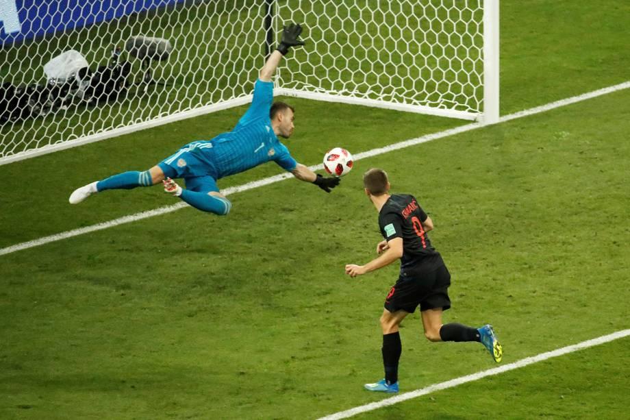 Andrej Kramaric abre o placar para a Croácia, empatando o jogo contra a Rússia após marcar de cabeça - 07/07/2018