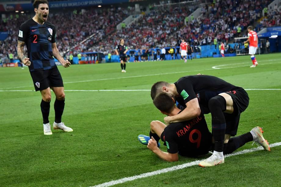 Companheiros de time chegam para abraçar o croata, Andrej Kramaric, após ter marcado o gol de empate contra a Rússia - 07/07/2018