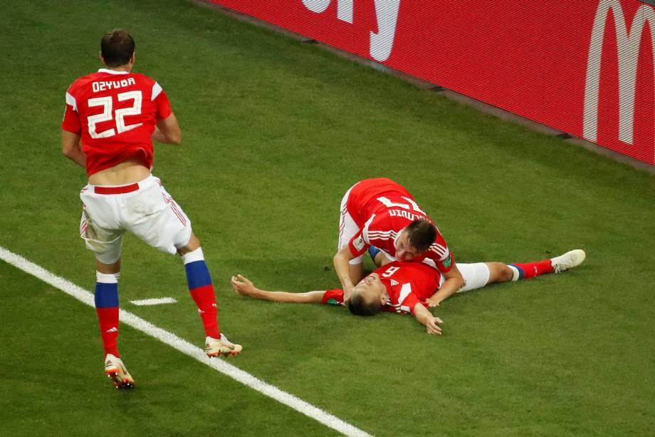 Companheiros de time chegam para comemorar junto com Denis Cheryshev, da Rússia, o primeiro gol marcado contra a Croácia - 07/07/2018