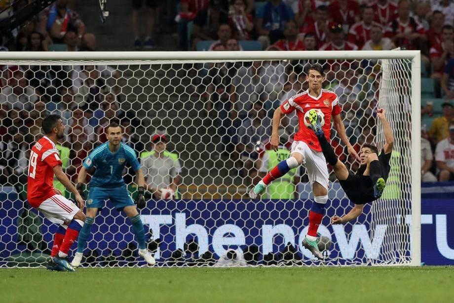 O croata, Andrej Kramaric, aplica uma bicicleta em uma tentativa de gol contra Rússia, no estádio Fisht - 07/07/2018