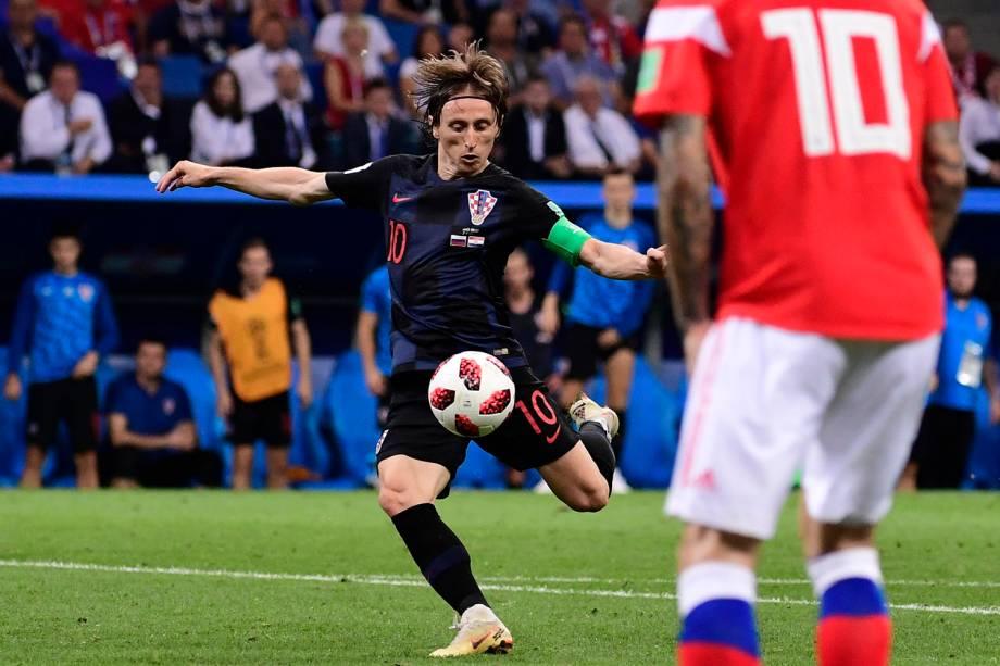 Luka Modric, da Croácia, arrisca um chute ao gol russo - 07/07/2018