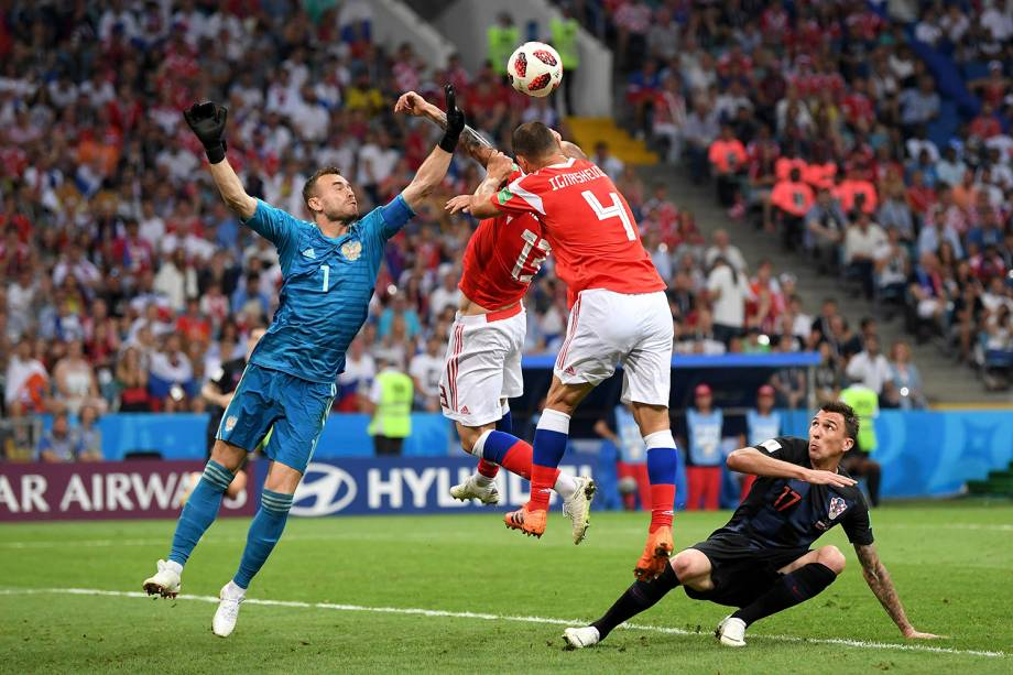 O goleiro russo, Igor Akinfeev, afasta uma bola cruzada na área durante a partida de quartas de final contra a Croácia - 07/07/2018