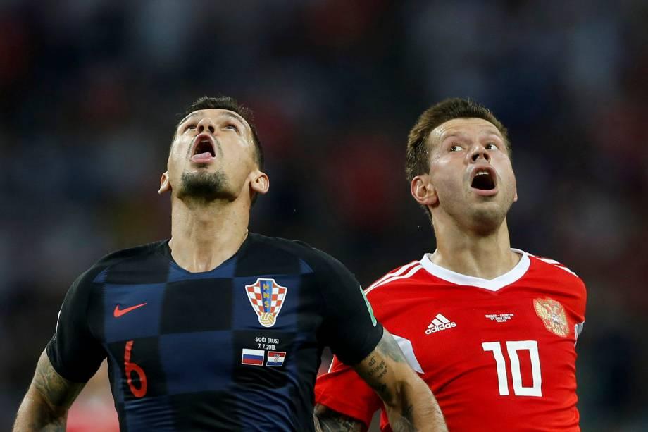 O croata, Dejan Lovren, e o russo, Fyodor Smolov, reagem durante partida válida pelas quartas de final da Copa do Mundo - 07/07/2018
