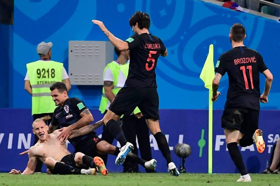 Companheiros de time chegam para comemorar o gol do croata, Domagoj Vida, na prorrogação do jogo contra a Rússia - 07/07/2018