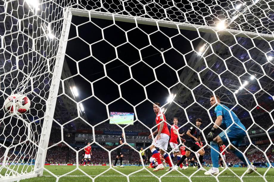 Domagoj Vida marca de cabeça para a Croácia na prorrogação da partida contra a Rússia, no estádio Fisht - 07/07/2018