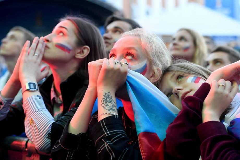 Torcedores russos agonizam durante a prorrogação na partida entre Rússia e Croácia, na Fan Fest em São Petesburgo - 07/07/2018