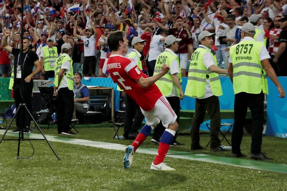 Mario Fernandes, da Rússia, comemora o gol marcado no fim da prorrogação contra a Croácia, no estádio Fisht - 07/07/2018
