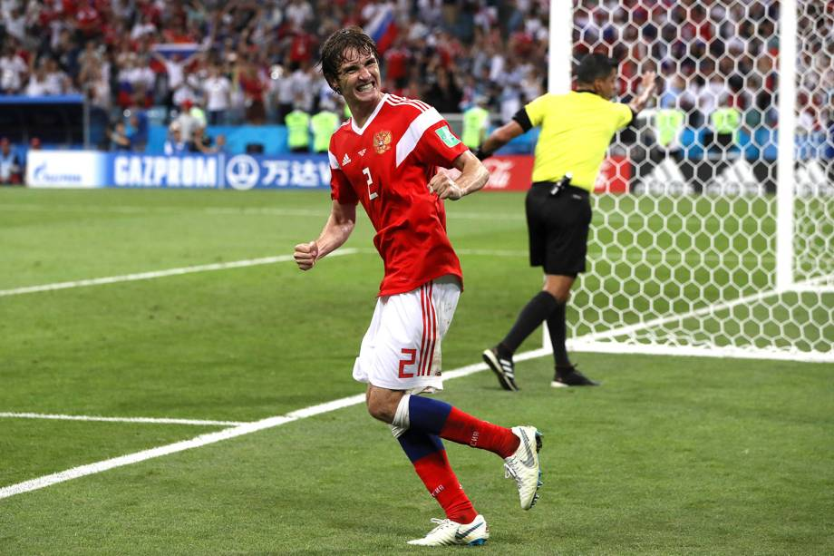 O brasileiro naturalizado russo, Mario Fernandes, comemora o gol de cabeça marcado na partida contra a Croácia, válida pelas quartas de final - 07/07/2018