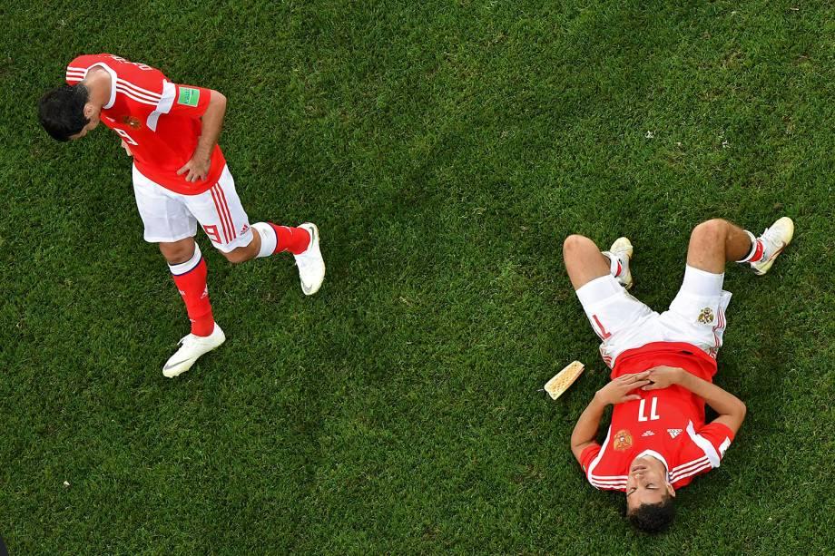Os russos, Alan Dzagoev e Roman Zobnin, lamentam após a eliminação para a Croácia nas cobranças de pênaltis - 07/07/2018