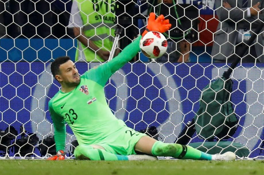 O goleiro da Croácia, Danijel Subasic, realiza uma defesa durante a cobrança de pênaltis - 07/07/2018