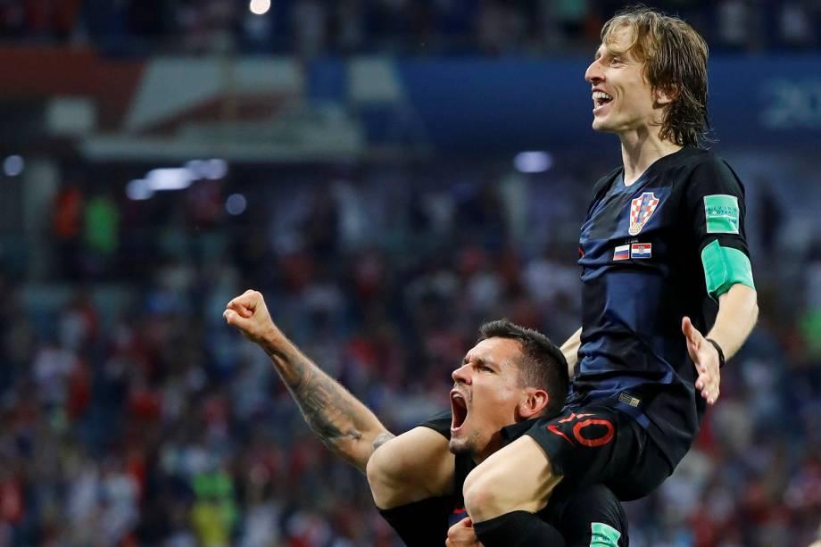 Luka Modric e Dejan Lovren, da Croácia, comemoram a vitória sobre a Rússia após o confronto de quartas de final, no estádio Fisht - 07/07/2018
